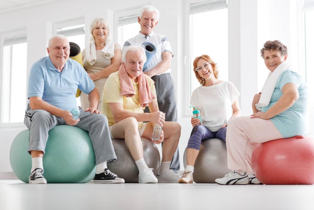 Senioren auf Gummibällen beim Sport