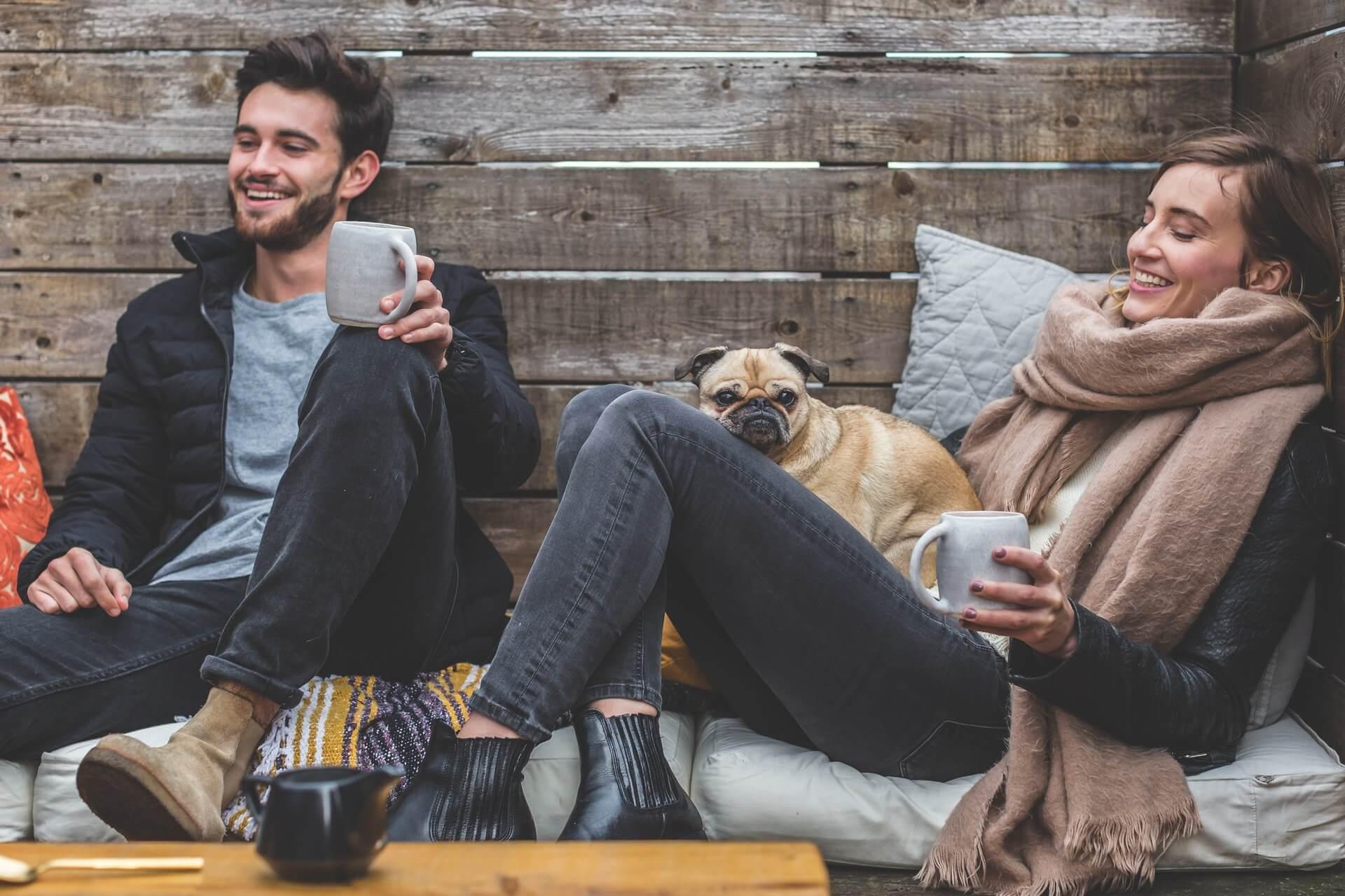 unverheiratetes Paar sitzt zusammen