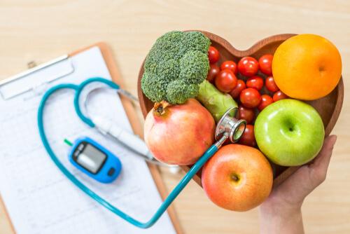 Gemüse und Obst in einer Herzschale