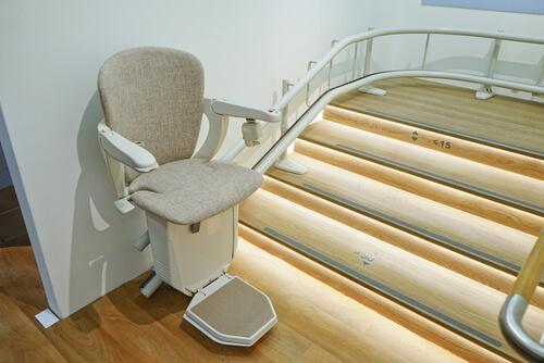 Treppenlift an einer Treppe mit Kurve