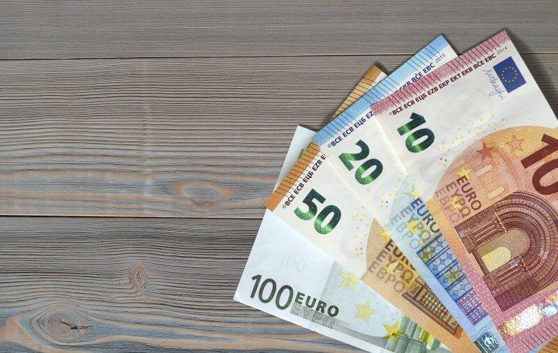 Pflegegeld: Bargeld auf Tisch
