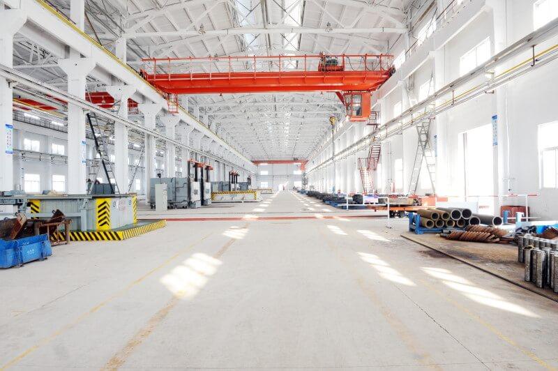 Werkshalle oder Fabrikhalle in Weiß mit großem Traversenkran