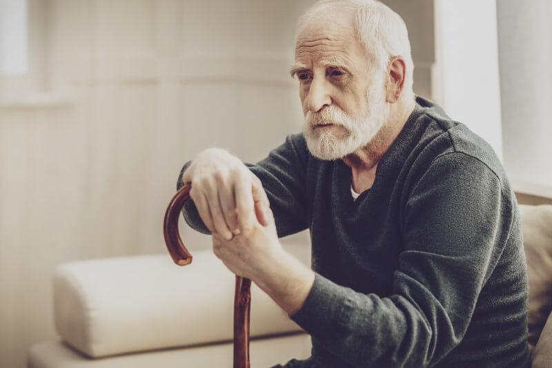 Alter Mann mit Gehtstock