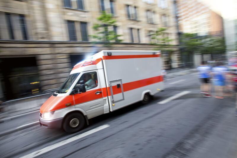 Krankenwagen fährt mit Blaulicht auf Straße