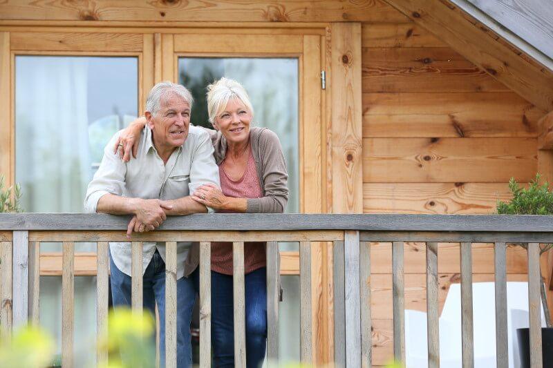 Alte Menschen blicken vom Balkon