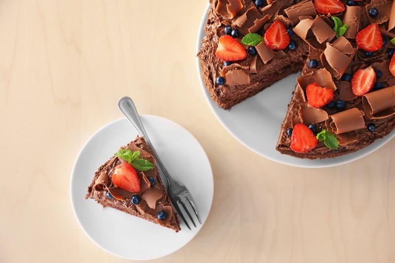 Pflichtteilsstrafklausel: Ein einzelnes Stück Kuchen auf einem Teller