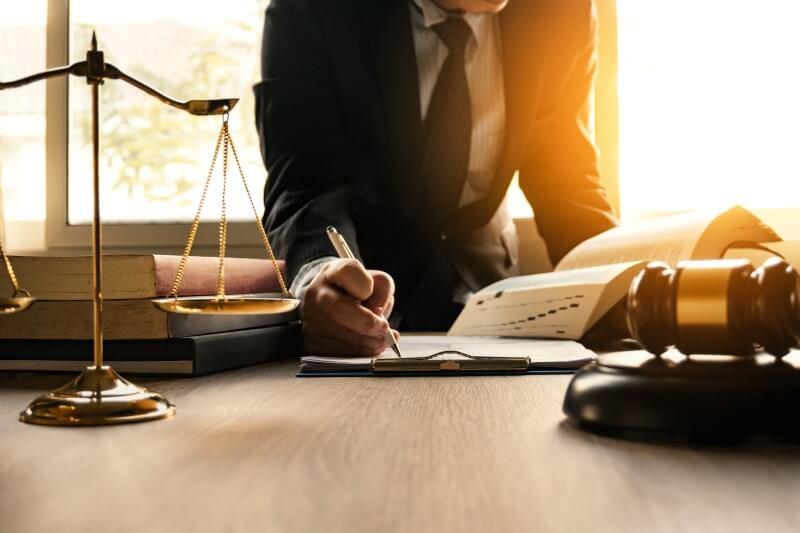 Schiedsgericht: Mann unterschreibt Dokument vor Waage