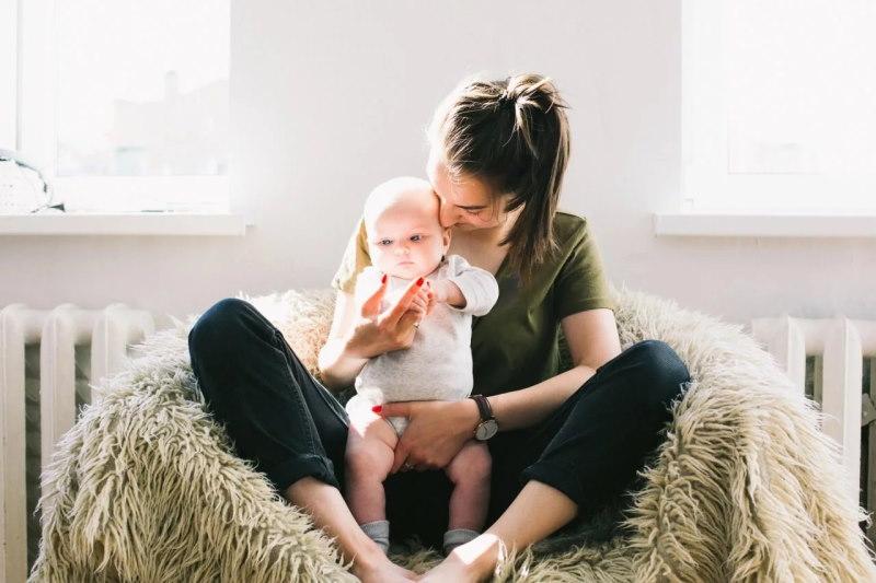 Kind im Schoß seiner Mutter