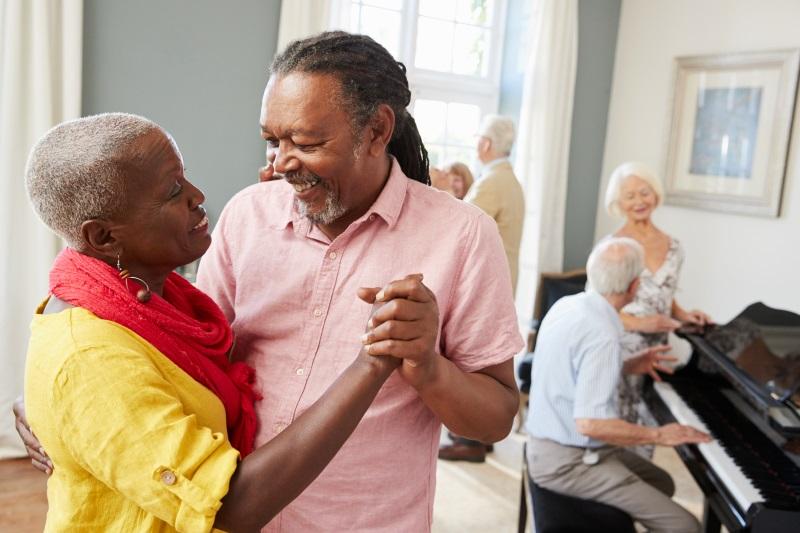 Senioren beim Tanzen und Musizieren in einer Einrichtung der Tagespflege