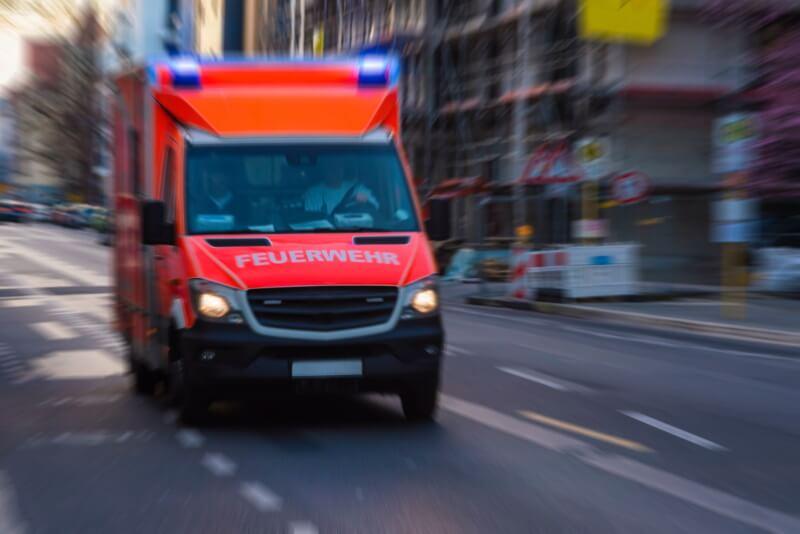 Rettungswagen kommt angefahren