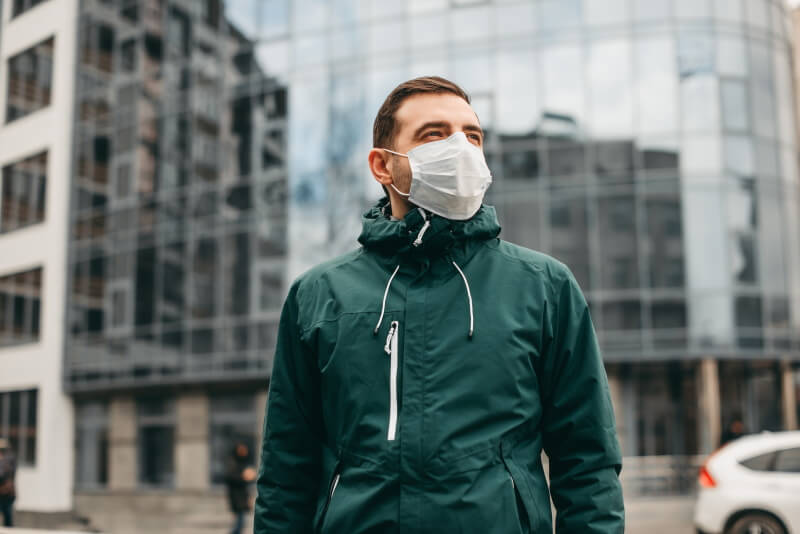 Mann mit Mundschutz auf der Strasse