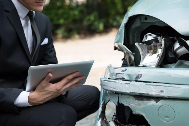 Schadensfall: Versicherung prüft Schaden nach Unfall