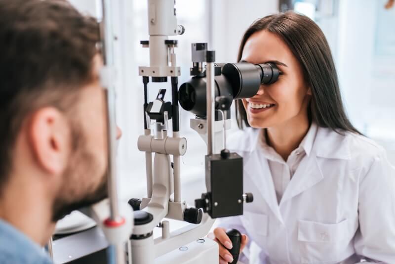 Zusatzversicherung für die Brille: Frau beim Augenarztbesuch