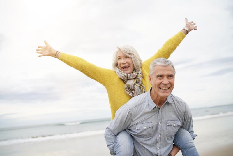 Pfllegeverfügung: Älterer Herr mit Ast am Strand