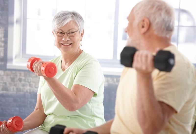 Alte Menschen trainieren mit Gewichten