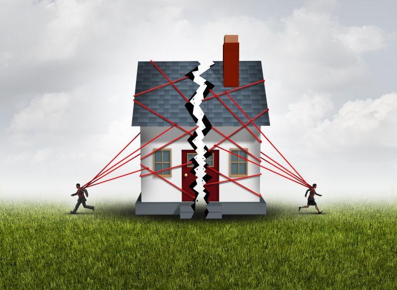 Grafische Darstellung: Zwei Männer zerreissen ein Haus in der Mitte