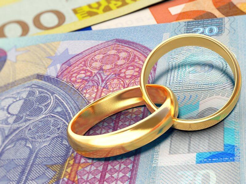 Güterstand: Zwei Eheringe auf ein paar Euro-Geldscheinen