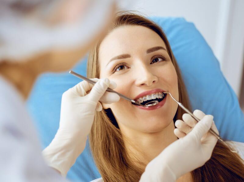 Zahnzusatzversicherung: Frau mit offenem Mund beim Zahnarzt