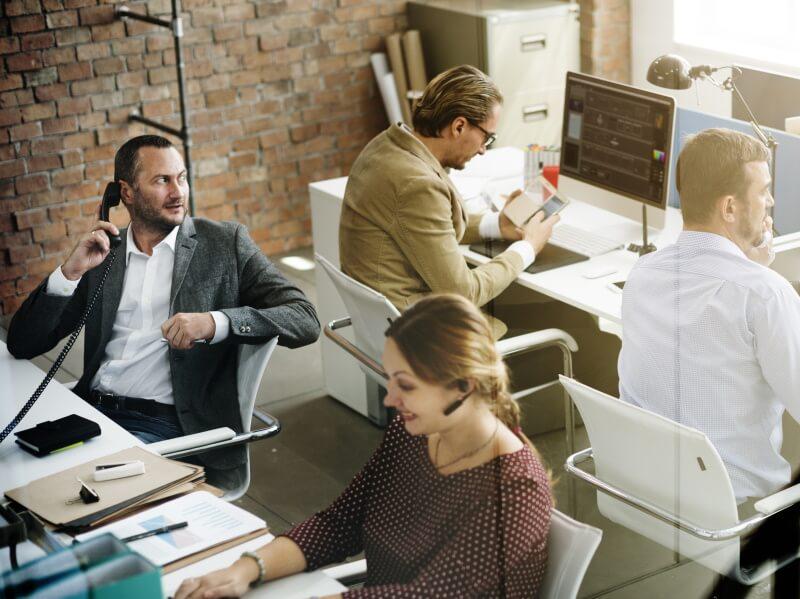 Krankentagegeld: Angestellte in einem Büro