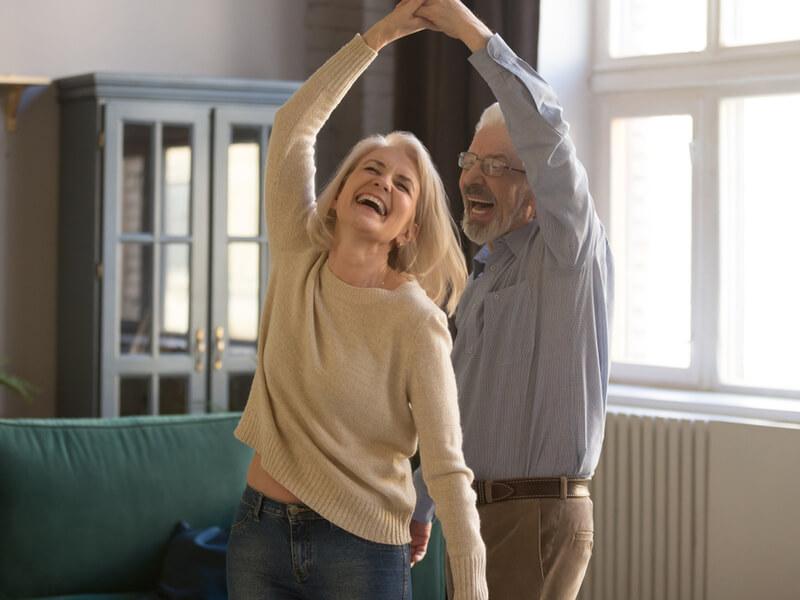 Älteres Paar mit guter Altersvorsorge tanzt