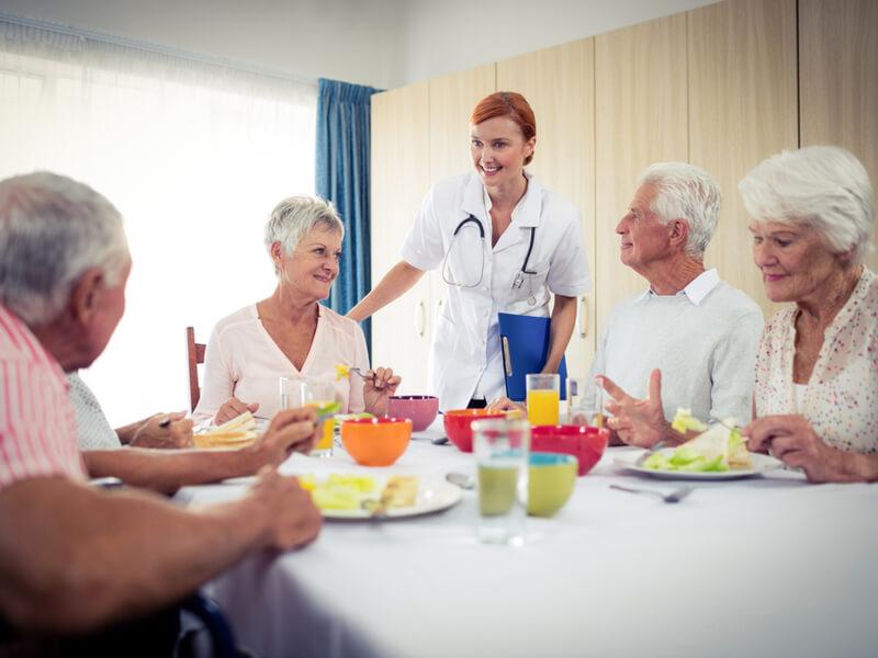 Senioren im Altenheim beim Essen