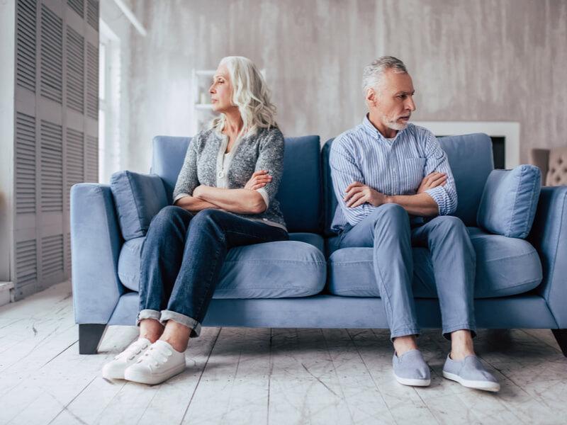 Versorgungsausgleich bei Scheidung: Unglückliches Ehepaar auf einer Couch