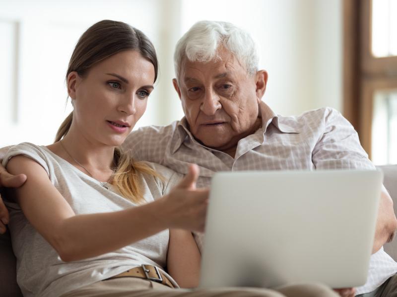 Frau hilft Vater beim Verfassen einer Vorsorgevollmacht