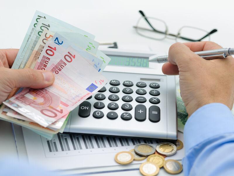 Basistarif PKV: Mann rechnet sein Ersparnis aus
