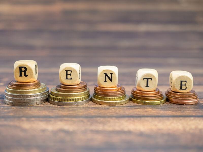Symbol für Rente und Versorgungsausgleich: Würfel bilden das Wort Rente auf Geldstücken