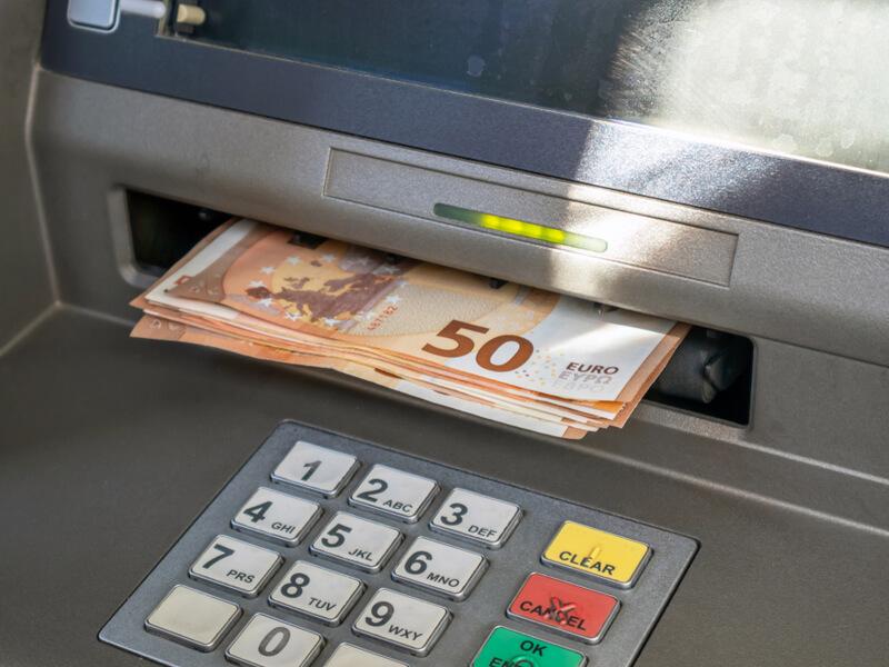 Geld aus dem Geldautomaten