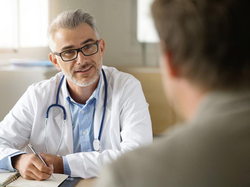 Hausarzt berät einen Patienten