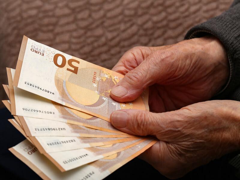 Betriebliche Altersvorsorge: Alter Mensch zählt Geld