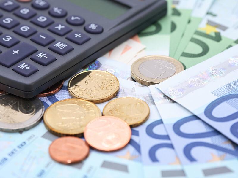 Taschenrechner mit Euromünzen und Euroscheinen