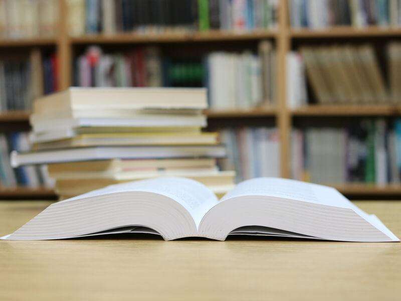 Aufgeschlagenes Buch auf dem Tisch in einer Bibliothek