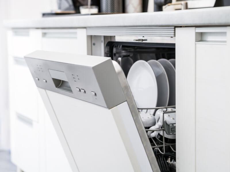 Geöffnete Spülmaschine mit sauberem Geschirr
