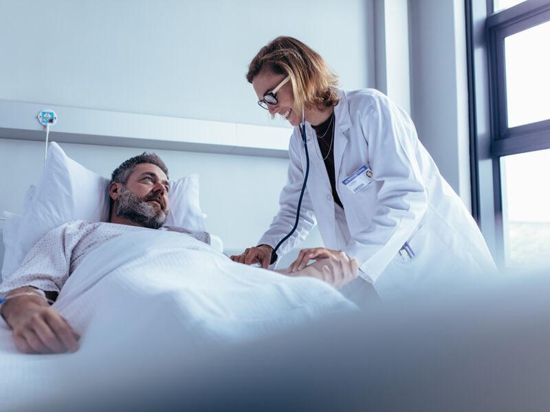 Mann hat durch Krankenhaustagegeld eine angenehme Zeit im Krankenhaus