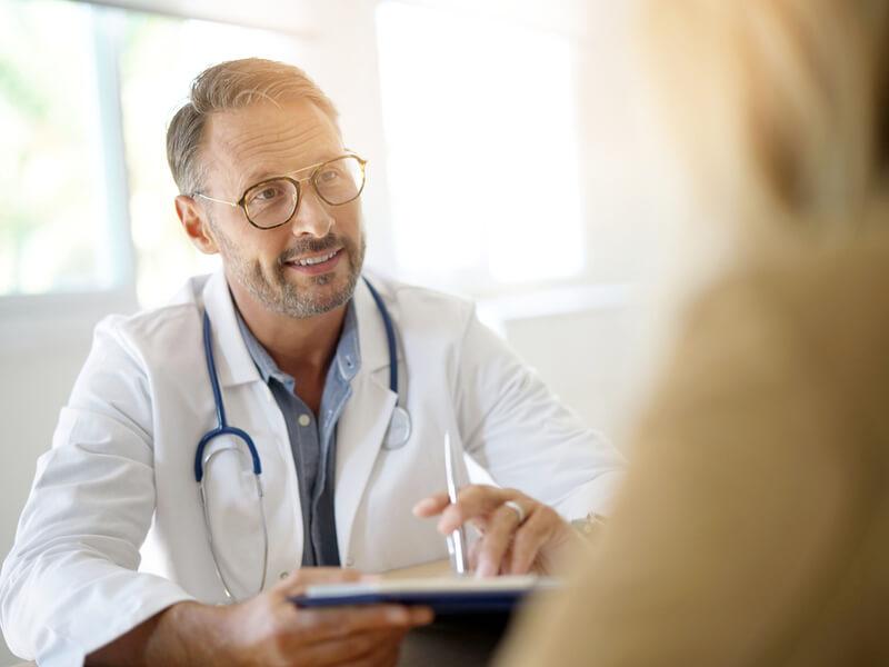 Hausarzt berät zur Patientenverfügung