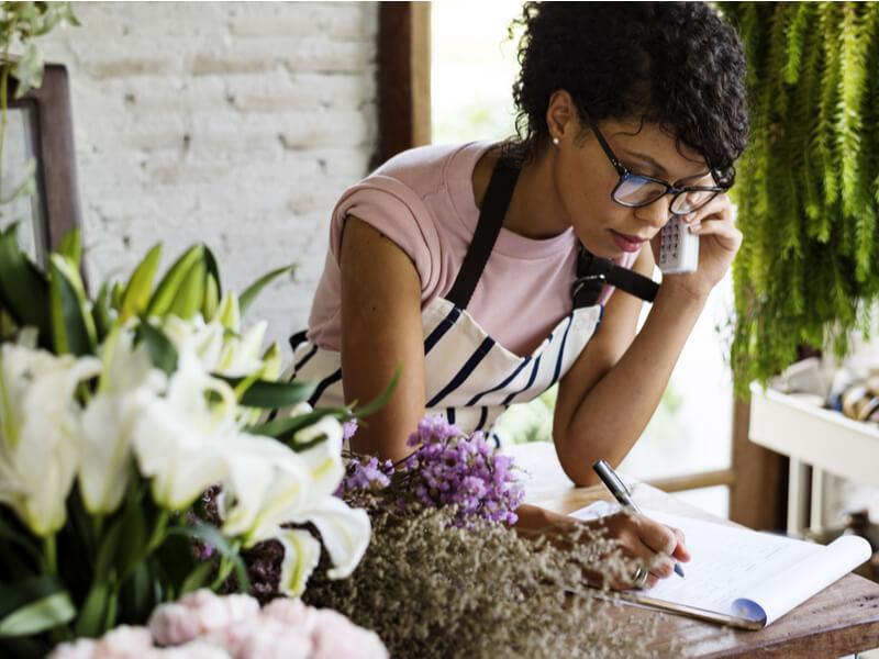Wechsel PKV in GKV: Selbstständige telefoniert mit der Versicherung