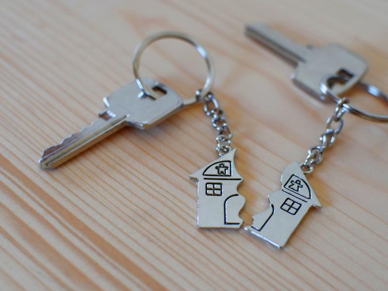 Teilungsanordnung: Zwei Schlüssel für ein Haus auf einem Tisch