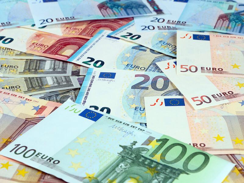 Verschiedene Euroscheine liegen übereinander