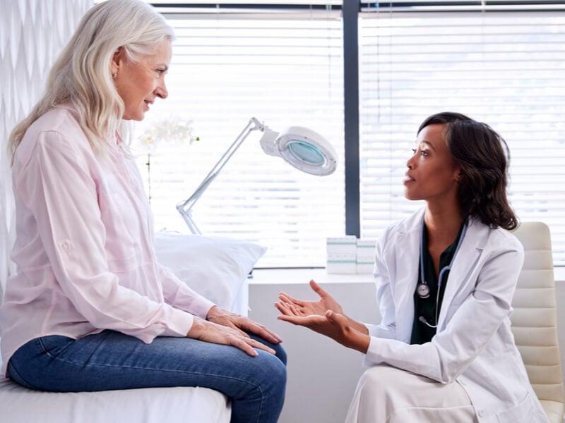 Ärztin nimmt sich für Patienten mit privater Krankenversicherung Zeit.