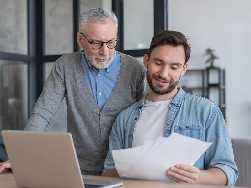 Vater und Sohn schauen auf die Finanzen