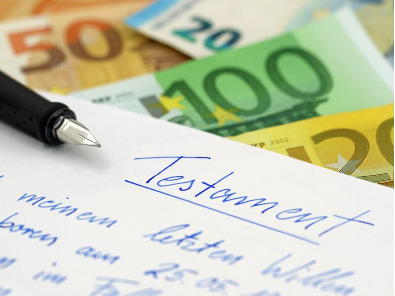 Handschriftliches Testament und Geldscheine