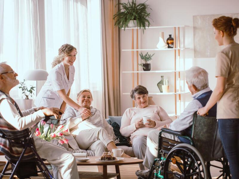 Seniorinnen und Senioren im Pflegeheim