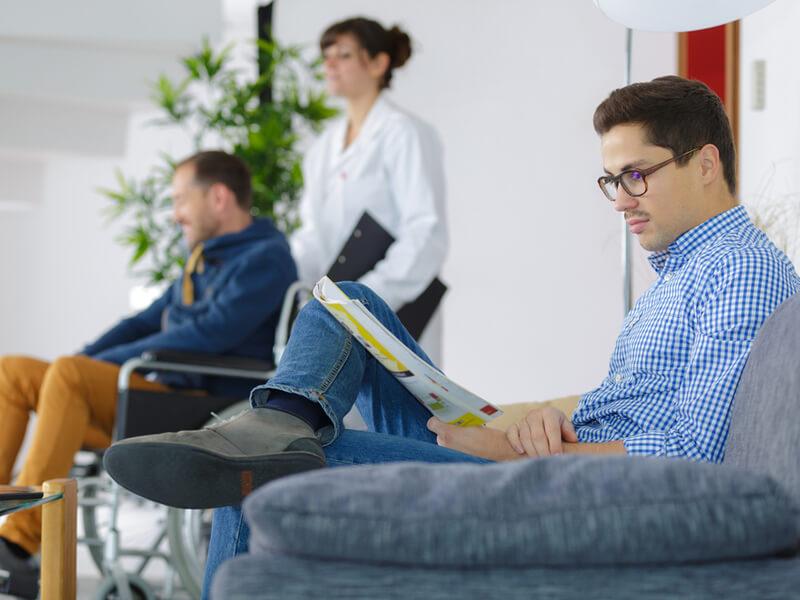 Patient mit privater Krankenversicherung sitzt im Wartezimmer.