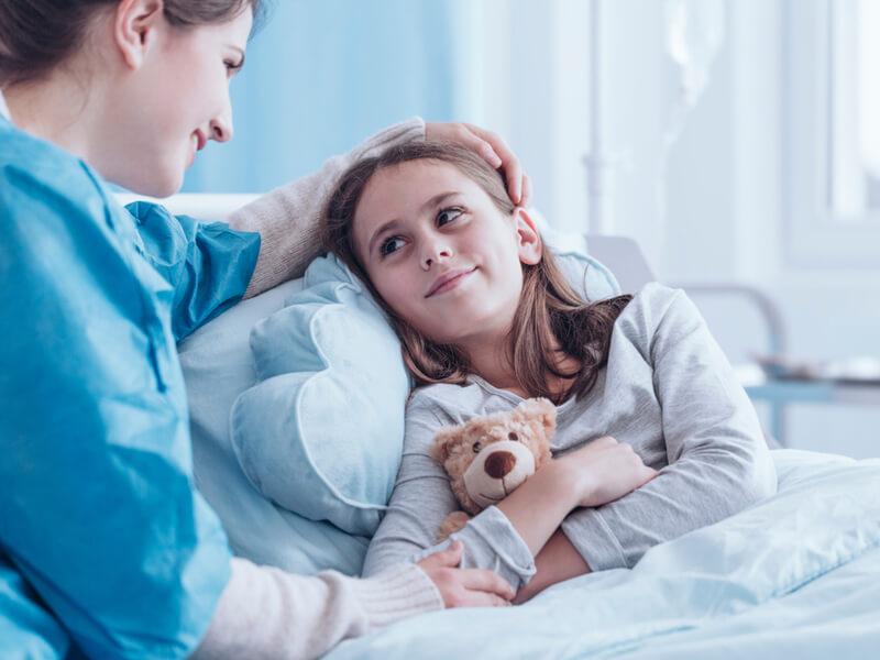 Dank der Krankenhauszusatzversicherung kann die Mutter ihrer Tochter am Krankenbett beistehen