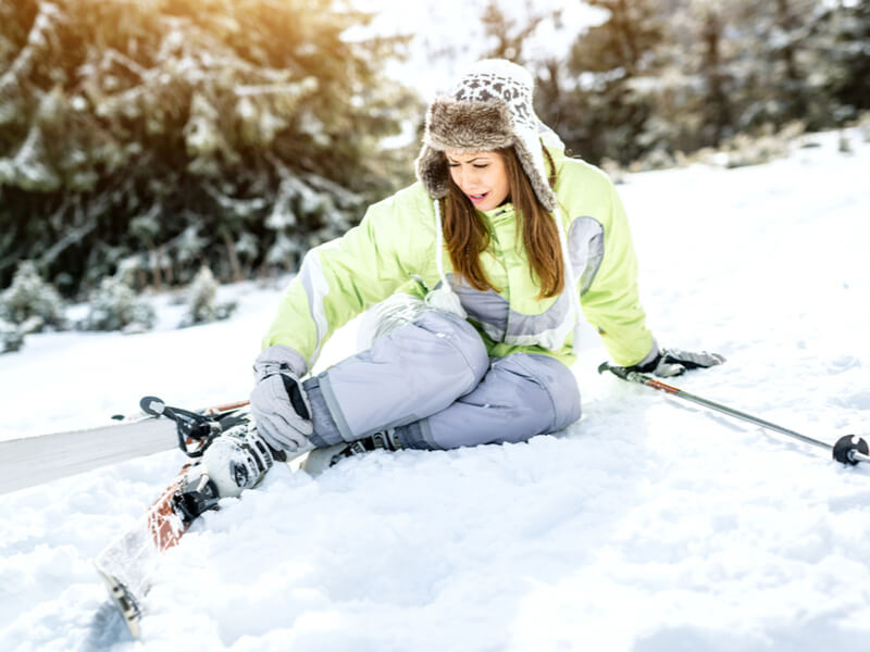 Auslandskrankenversicherung: Frau verletzt sich beim Skiunfall