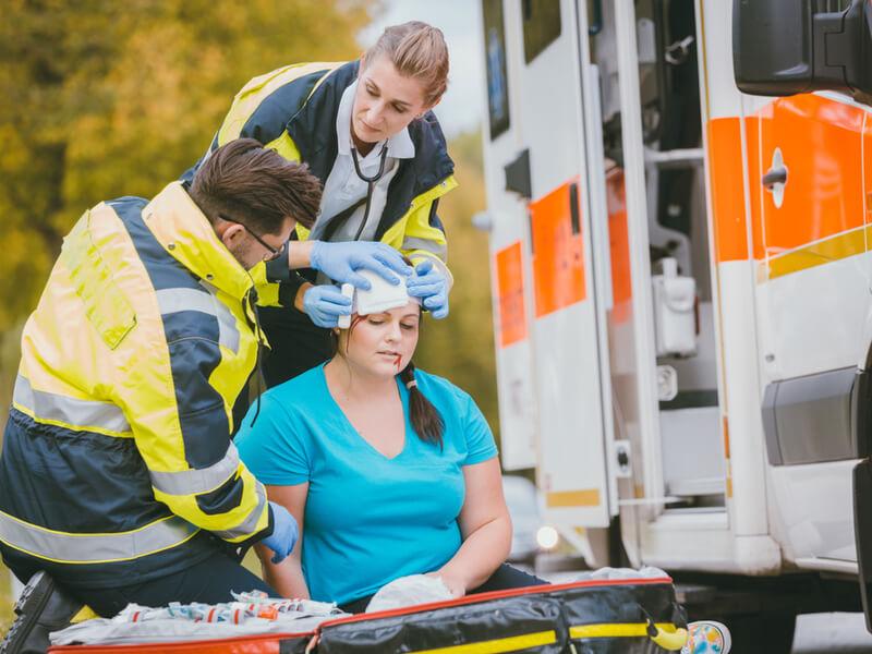 Unfallopfer wird von Sanitätern versorgt