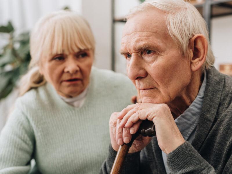Mann mit Demenz und Ehefrau
