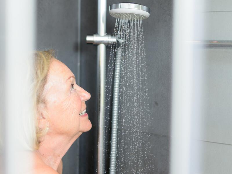 Seniorin duscht